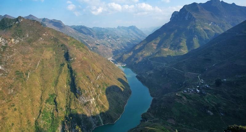 river cutting through mountains